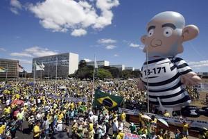 """Em Brasília, manifestantes andam com """"boneco de Lula gigante"""" (Foto: Agência EFE)"""