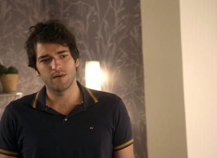 Tiago descobre que Marina está chorando por Elio e a coloca contra a parede
