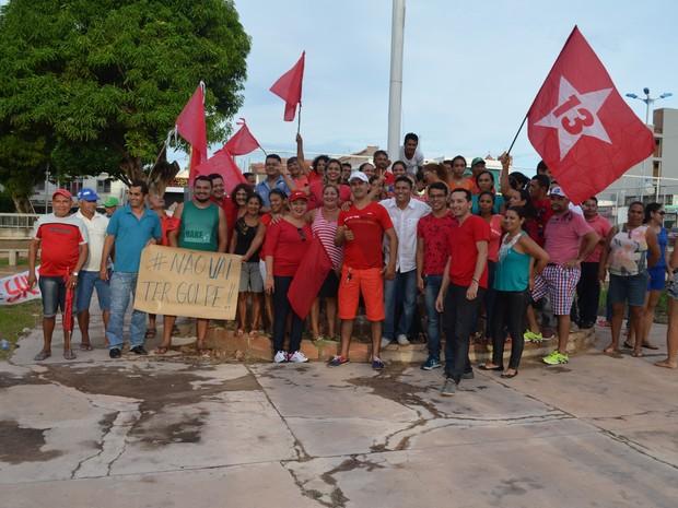 Maioria dos manifestantes foi vestida com roupas vermelhas (Foto: Larisse Caripuna/G1)
