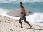 Tiago Iorc aproveita tarde de sol para surfar no Rio de Janeiro