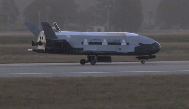 Imagem do X-37B aterrisando em base da Força Aérea (Foto: Vandenberg Air Force Base/Associated Press)