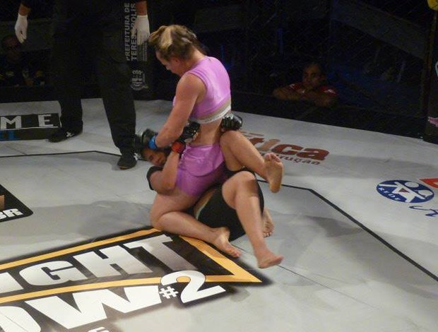 Carina Damm aplica ground and pound para vencer Jessica Suellen (Foto: Leandro Arcanjo/News MMA)