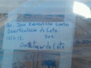 Caixa onde joelho foi enviado para a família (Foto: Fernando Mancio/TV Diário)