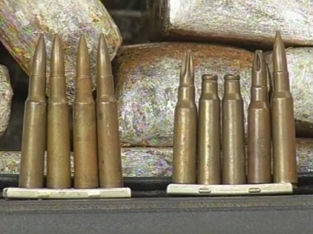 Munições do fuzil estavam junto com a droga (Foto: Reprodução/TV TEM)