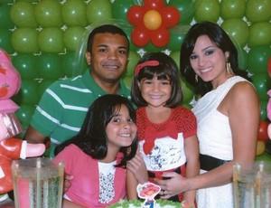 Ex-atacante Roma com sua esposa Amanda e filhas Marcelle e Rafaela (Foto: GLOBOESPORTE.COM/PA)