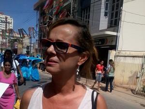 Janine gosta de acompanhar as festividades e tira fotos para levar de recordação (Foto: Henrique Corrêa/G1)