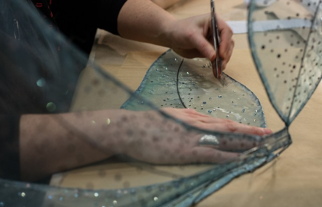 Setting Swarovski crystals on to the tulle fairy wings (Foto: ANN RAY)