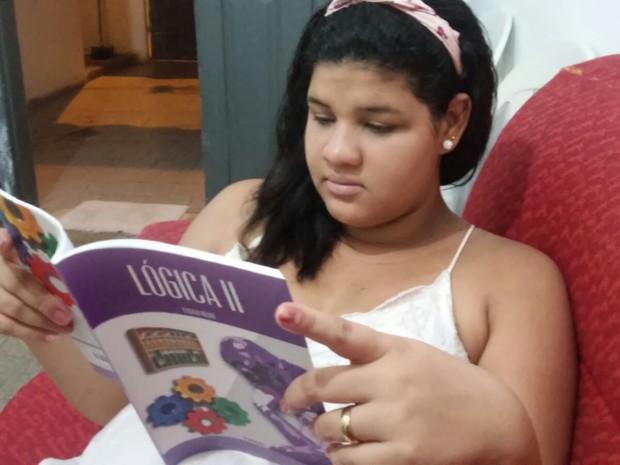 Beatriz Rocha, de 20 anos, se prepara para o Enem (Foto: Gil Oliveira/TV Clube)