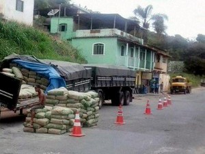 caminhão bitrem cimento Bairro Cabrais Oliveira MG (Foto: G1/G1)