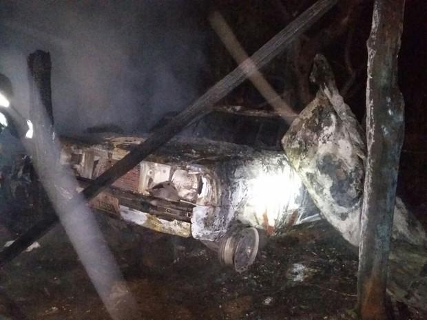 Incêndio atingiu os barracos e também um veículo em Jaú  (Foto: Polícia Militar/ Divulgação)