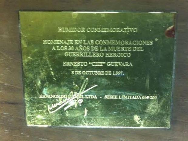 Caixa de charutos comemorativa dos 30 anos da morte de Che Guevara estava entre itens furtados no sítio frequentado por Lula em Atibaia (Foto: Michelle Mendes/G1)