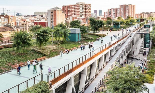 Parque suspenso sobre metrô impressiona em Barcelona