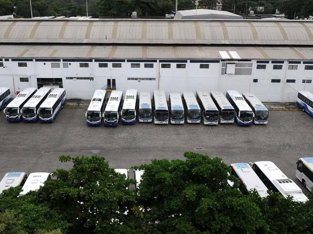 Ônibus circulares parados em garagem no Rio de janeiro em dia de greve (Foto: Alexandre Durão/G1)