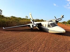 Avião pousou de barriga e ficou atravessado na pista (Foto: Jorge Henrique/Piracurucaaovivo)