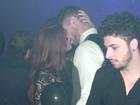 Clima quente! Ex-BBB Jonas troca beijos em festa após premiação