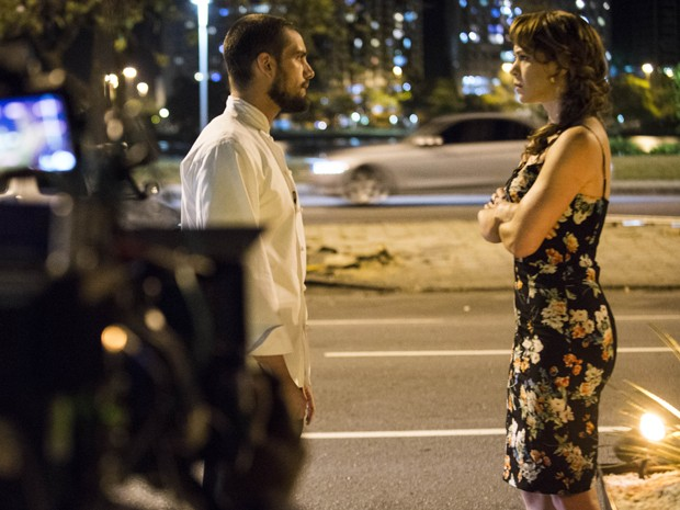 Leandra Leal e Rafael Cardoso gravam cena de desentendimento entre Cristina e Vicente (Foto: Raphael Dias/TV Globo)
