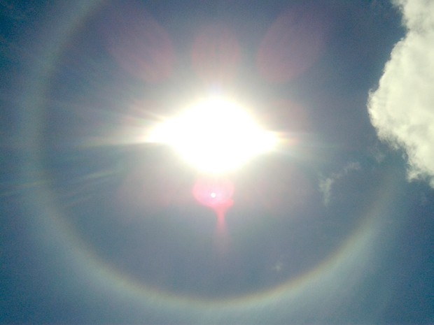 Fenômeno ótico formou um anel com as cores do arco-íris ao redor do Sol (Foto: Anderson Barbosa/G1)