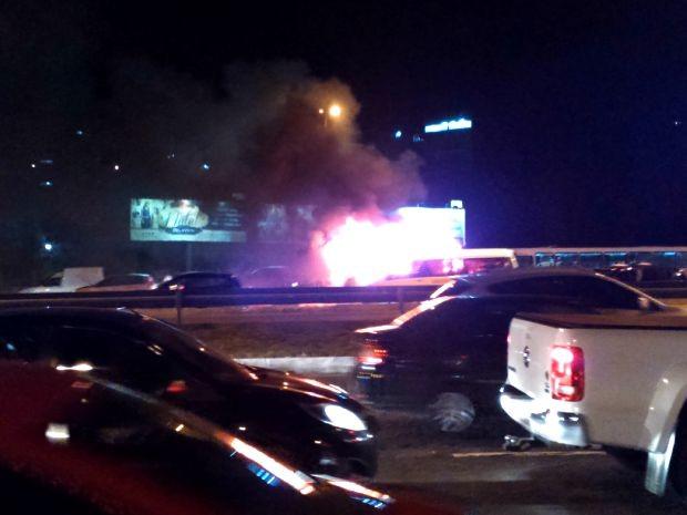 Carro pegando fogo (Foto: Yuri Girardi / G1 Bahia)