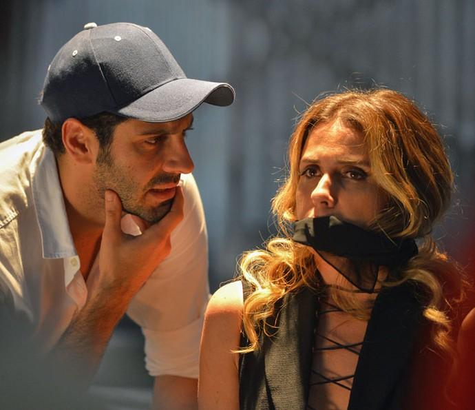 Atena é levada amordaçada para galpão (Foto: Pedro Carrilho/Gshow)
