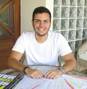 Estudante prestou 11 vestibulares até conseguir nota máxima na redação (Foto: Larissa Vasconcelos/G1)