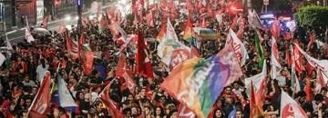 Vitória de Dilma tem festa na Paulista e desabafo de tucanos (Miguel Schincariol/AFP)
