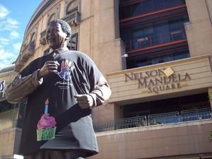 Estátua na Nelson Mandela Square (Foto: Divulgação/South African Tourism)