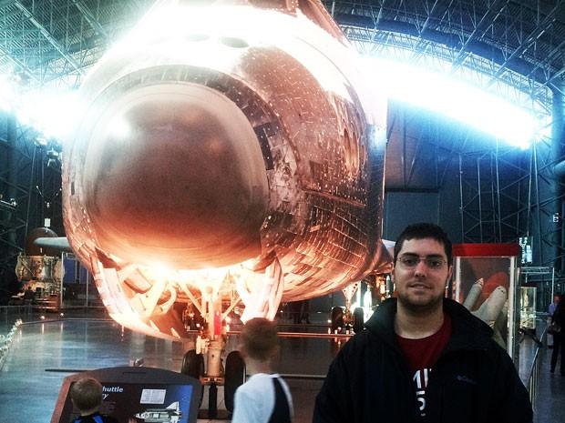 Pedro Doria Nehme, brasileiro que ganhou uma viagem ao espaço na promoção da KLM, no Smithsonian Air and Space Museum Udvar-Hazy. (Foto: Arquivo pessoal)