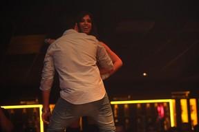 Anitta dança com rapazes da plateia em show em São Paulo (Foto: Iwi Onodera/ EGO)