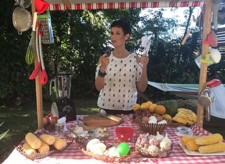 Gabi Freitas ensina a usar utensílios curiosos de cozinha