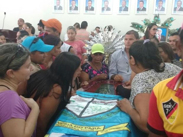 População presta homenagem para o prefeito assassinado no último domingo, 24. (Foto: Márcio Guedes/TV Liberal)