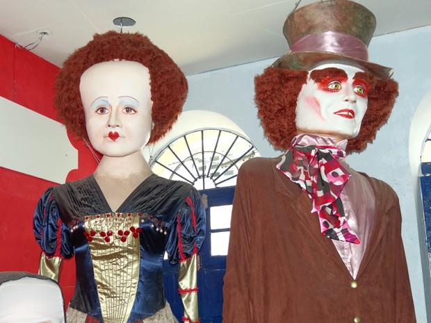 Rainha de Copas e Chapeleiro Maluco como bonecos gigantes. (Foto: Katherine Coutinho / G1)
