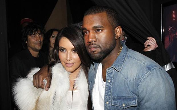 Quando foi pedir a mo de Kim Kardashian, o rapper Kanye West fechou o AT&T Park, o estdio de baseball de So Francisco. Ele contratou uma orquestra, decorou o lugar e fez o pedido no telo. Quando ela disse sim, todos os familiares e amigos da socialite, que estavam escondidos, apareceram para parabenizar o casal. (Foto: Divulgao)