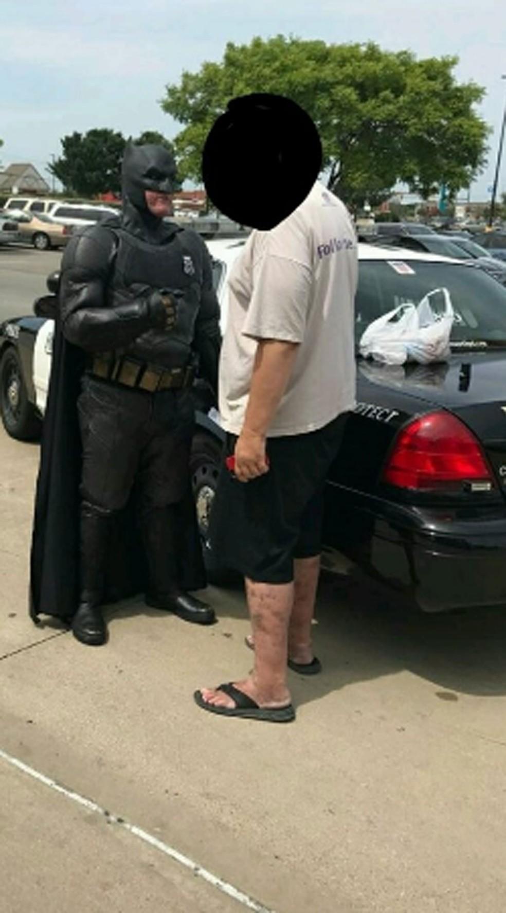 Policial vestido de Batman prende suspeito de roubo nos EUA (Foto: Officer Damon Cole/Twitter)