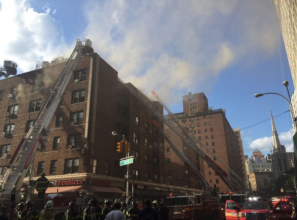 Fogo atinge prédio em Nova York nesta quarta-feira (28) (Foto: Reprodução/ Twitter/ FDNY)