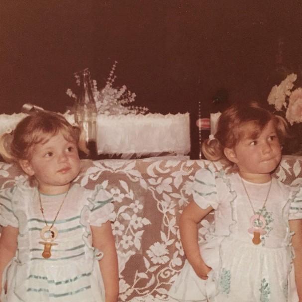 Gisele Bündchen, à direita, ao lado da irmã gêmea Patrícia (Foto: Reprodução/Instagram)