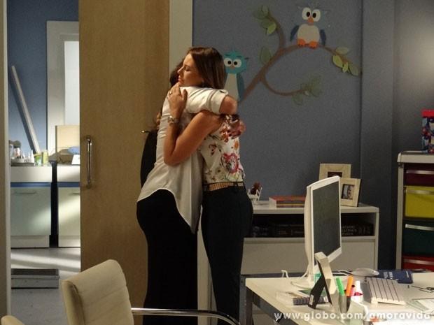 Mãe e filha se abraçam (Foto: Amor à Vida / TV Globo)