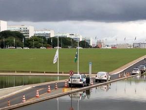 Em homenagem a Sérgio Guerra, bandeiras da Câmara dos Deputados foram colocadas a meio mastro (Foto: Felipe Néri / G1)