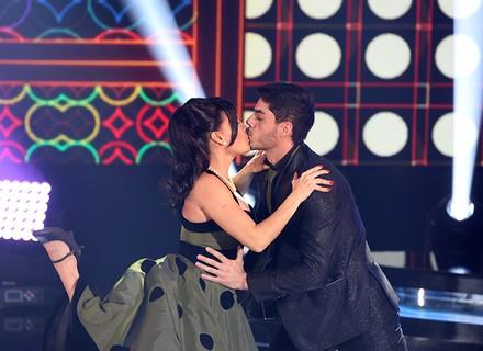Letícia Lima e Rafael Scauri trocam selinho em apresentação de rock no 'Dança dos Famosos'