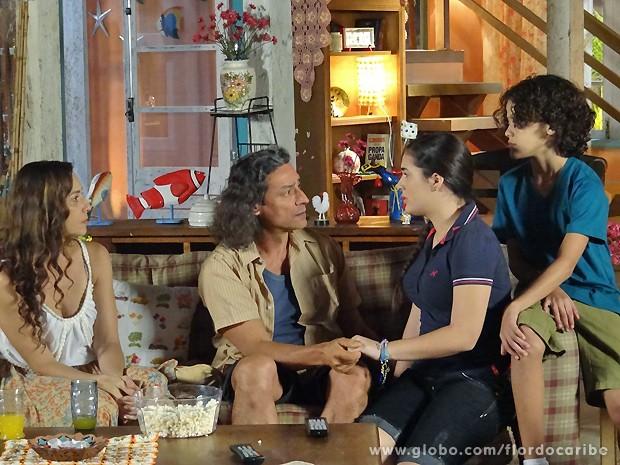 Marizé e Lipe se emocionam ao saber da verdade (Foto: Flor do Caribe / TV Globo)