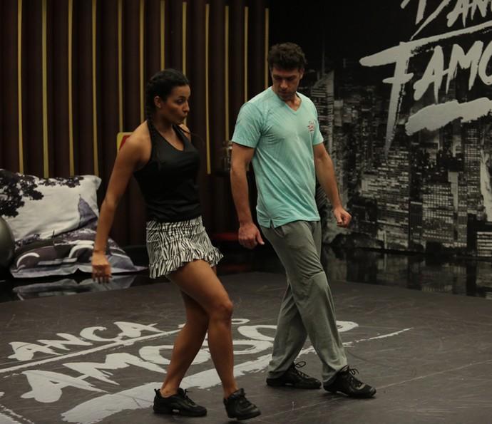 Marcelinho está concentrado na coreografia (Foto: Isabella Pinheiro/Gshow)