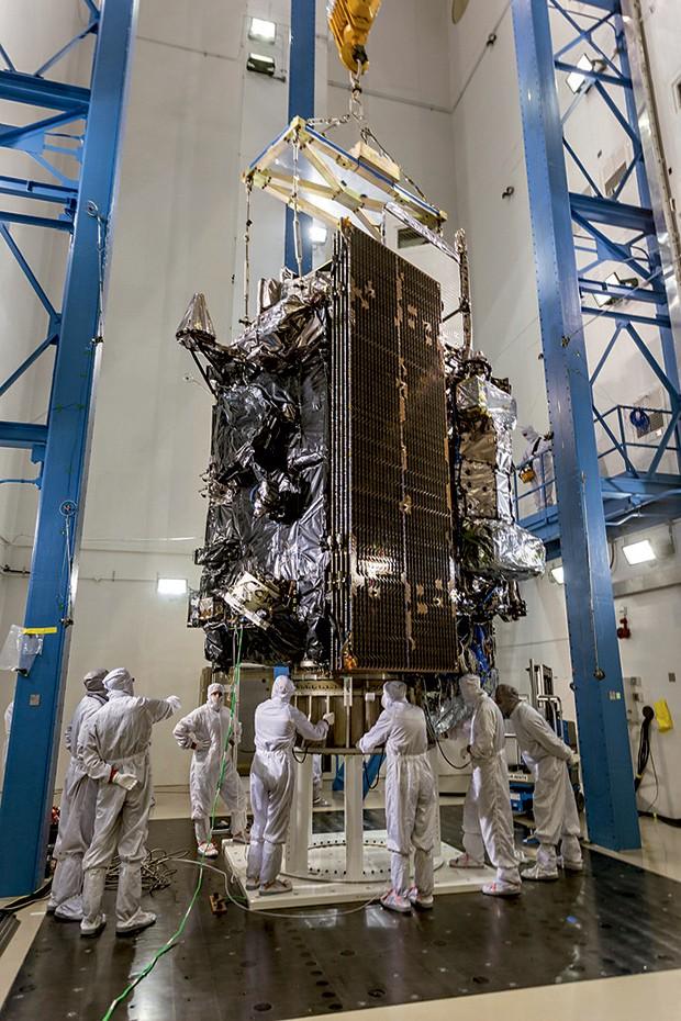 ACURÁCIA O satélite GOES-16, lançado em 2016, reduziu o tempo de varredura do céu de 15 para cinco minutos, ajudando a antecipar alertas de tornados (Foto:  )