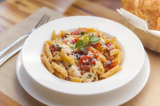 Receita de macarrão ao vinho branco com ingredientes clássicos da Itália
