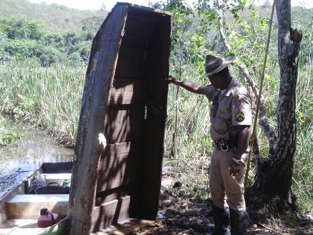Polícia encontrou um barco contendo  duas redes de pesca de emalhar, apetrecho de pesca de uso proibido. (Foto: Patrícia Belo / G1)