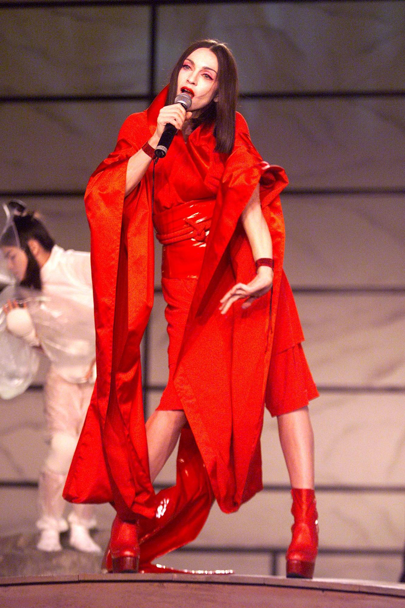 Madonna passou por uma fase oriental na premiação de 1999. (Foto: Getty Images)
