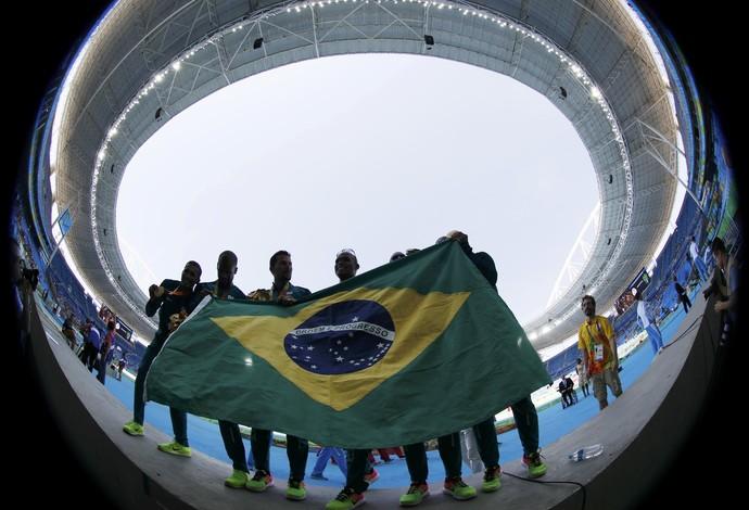 Descrição da imagem: revezamento brasileiro celebra o ouro no Engenhão (Foto: REUTERS/Ricardo Moraes)