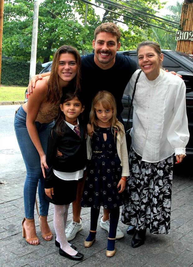 Cauã Reymond com a filha, Sofia, a namorada, Mariana Goldfarb, e a mãe, Denise Marques (Foto: Marcello Sá Barretto/ Agnews)