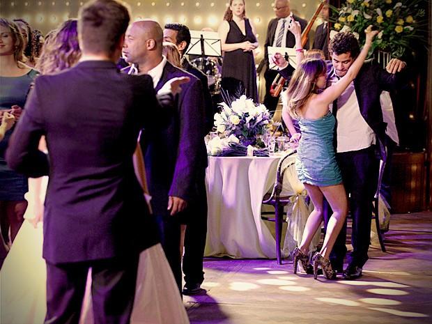 O noivo fica inconformado ao ver o amigo sendo agarrado por Beverly (Foto: Avenida Brasil / TV Globo)