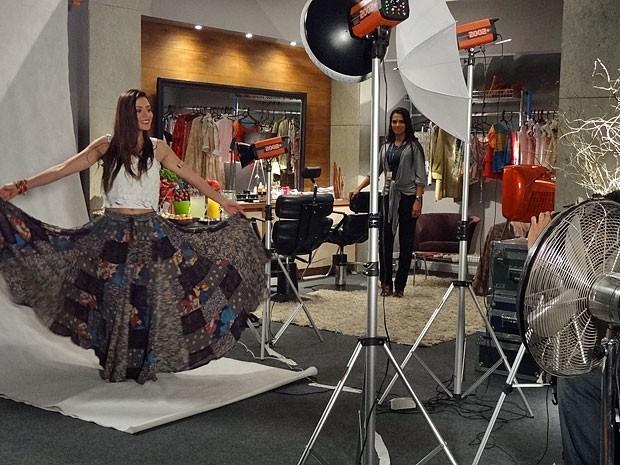 Jacira mostra a sensualidade do lundu durante o ensaio (Foto: Amor Eterno Amor/TV Globo)
