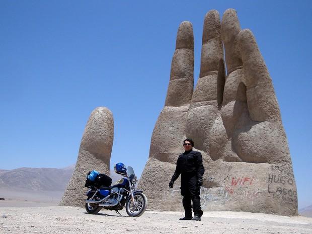 Rômulo Provetti no Deserto do Atacama, em 2009: ele prefere motos custom, por considerá-las menos visadas (Foto: Arquivo Pessoal)