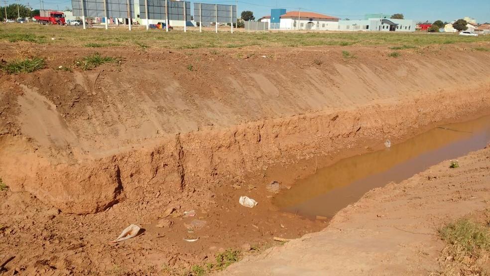 Canal onde o motociclista caiu é conhecido como Rio dos Cachorros (Foto: Muller Nunes/TV Oeste)